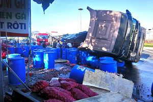 Xe ô-tô chở 120 thùng axit bị lật tại Phan Thiết