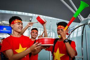 Hơn 300 cổ động viên 'nhuộm đỏ' chuyến bay sang Philippines, tiếp lửa cho tuyển Việt Nam