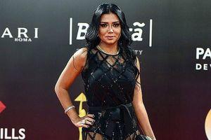 Showbiz 2/12: Sao nữ Ai Cập hầu tòa vì mặc váy khoe chân