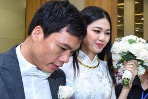 Á hậu Thanh Tú mặc áo dài trắng tinh khôi lên xe hoa cùng chồng đại gia hơn 16 tuổi