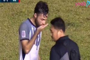 Hy hữu: Cầu thủ Philippines tranh thủ uống viên thuốc bí ẩn khi Anh Đức bị đau ngực