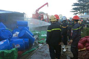 Bình Thuận: Xe chở axit clohydric bị lật trên quốc lộ