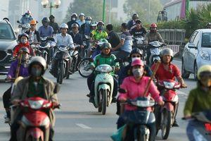 Hà Nội: Bị rào vỉa hè người dân 'mở đường máu' để đi ngược chiều