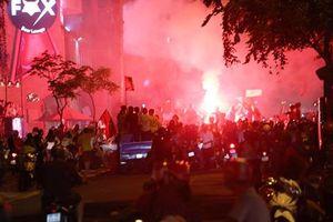 Việt Nam thắng Philippines, CĐV TP HCM đốt pháo sáng trên phố