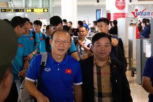Thầy Park và tuyển Việt Nam về đến Nội Bài, sẵn sàng cho bán kết lượt về
