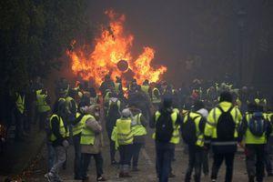 Paris tan hoang, chìm trong khói lửa