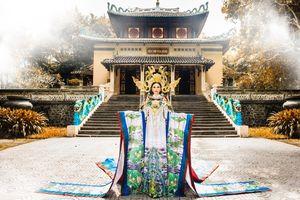 Châu Ngọc Bích mang trang phục Bạch Liên Hoa tới Mrs Universe 2018