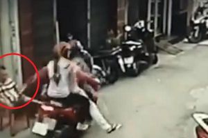 Clip: Ngồi trước cửa nhà, thanh niên bị cướp giật điện thoại trên tay