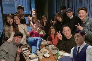 Sau lần 'giả vờ ngó lơ' tại COSMO Thượng Hải, Park Seo Joon - Park Min Young lại gặp nhau ở buổi tiệc cùng ekip 'Thư ký Kim sao thế?'