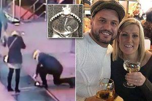 Cặp đôi cuống cuồng tìm nhẫn đính hôn kim cương rơi xuống cống ở Quảng trường Thời đại