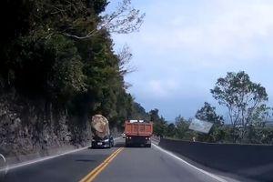 Clip: Đứng tim chứng kiến cảnh đá tảng rơi ngay trước đầu ô tô