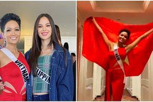 H'Hen Niê giương quốc kỳ, gửi lời chúc đến các cầu thủ đội tuyển nước nhà ngay trên đất Thái