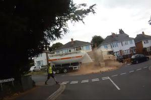 Video tài xế xe tải quên hạ phanh tay khiến xe lăn xuống dốc