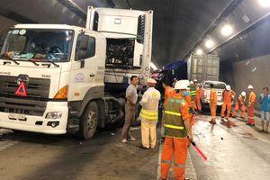 2 xe đầu kéo container húc nhau trong hầm Hải Vân, giao thông tê liệt