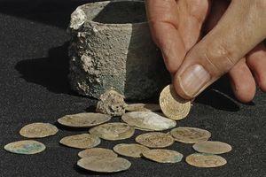 Israel phát hiện những đồng xu vàng 900 năm tuổi