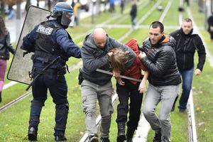 Hàng nghìn học sinh Pháp 'nổi cơn thịnh nộ', phong tỏa trường học