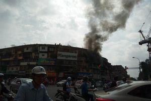Hàng trăm người hoảng hốt khi cháy lớn tại khu tập thể ở Hà Nội