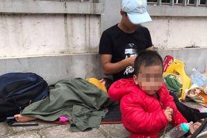 Người chồng ôm hai con nhỏ vạ vật ở vỉa hè Hà Nội tìm vợ bỏ nhà đi đã hơn 20 ngày