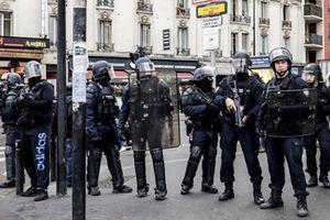 Cảnh sát Pháp gây sốt vì 'cử chỉ lạ' với phe áo vàng giữa làn sóng biểu tình