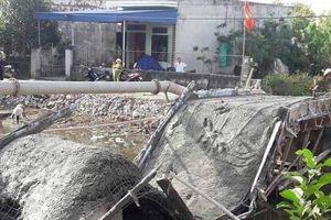 Nam Định: Cầu vừa đổ bê tông đã sập