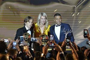Không một lời nhưng Messi và Ronaldo đã dùng cách này để tỏ thái độ 'căng' với Quả bóng vàng của Modric