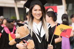 Ngọc Thanh Tâm nhận bằng tốt nghiệp loại giỏi trường đại học quốc tế