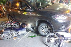 Ôtô Nissan tông liên hoàn 5 xe máy ở Sài Gòn, 4 người nhập viện