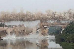Nóng nhất hôm nay: Cây cầu 100 tuổi bị đánh sập trong chớp mắt