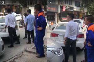 Hai xe ô tô va chạm, tài xế taxi bị đánh chảy máu đầu, kính xe vỡ nát