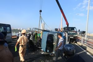 Lật xe tải chở trái cây, tài xế đa chấn thương, giao thông tê liệt