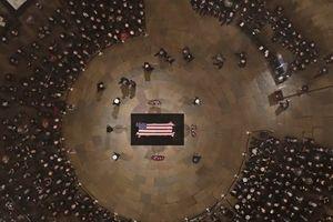 Hàng trăm người tới tưởng niệm cố Tổng thống Bush