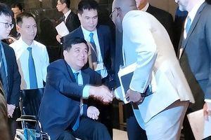 Bộ trưởng Kế hoạch & Đầu tư ngồi xe lăn điều hành hai diễn đàn lớn