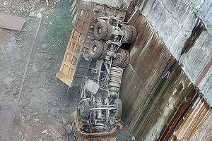 Xe ô tô lao xuống lòng hồ thủy điện, tài xế tử vong thương tâm