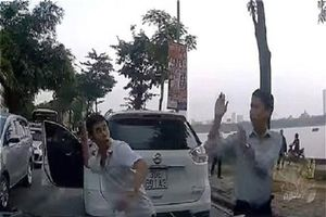Clip: Hai tài xế đánh nhau vì giành đường đi