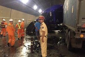 Hầm Hải Vân tắc nghẽn nhiều giờ do tai nạn nghiêm trọng