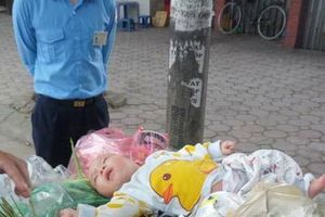 Xót xa bé trai 8 tháng tuổi bị 'bỏ quên' trên xe rác
