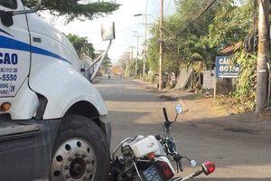 Tài xế nhấn ga xe container húc bẹp mô tô CSGT vì bị xử phạt