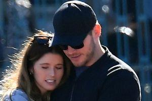Chris Pratt và con gái 'Kẻ hủy diệt' ôm nhau tình tứ giữa công viên