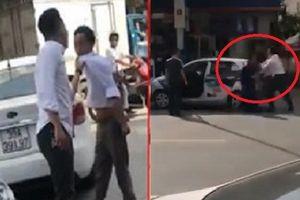 Đập đầu tài xế taxi vào đuôi xe sau va chạm: Tài xế côn đồ không có mặt trong lúc hòa giải