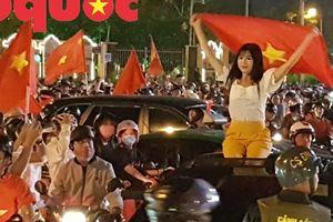 Du khách và người dân phố biển Đà Nẵng 'náo loạn' đường phố mừng chiến thắng của đội tuyển Việt Nam