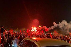 Hàng triệu cổ động viên xuống đường ăn mừng tuyển Việt Nam vào chung kết AFF Cup