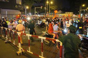 CSGT 'tung' hàng rào sắt chặn dòng bão sau trận thắng của VN