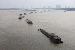 Tàu thuyền 'làm xiếc' trên sông Hồng: CSGT xử lý gần 600 lượt vi phạm