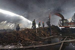 Khoảng 3.000m2 nhà xưởng cùng 100 tấn viên nén thành phẩm bị cháy
