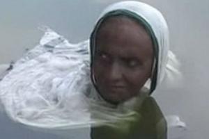 Ấn Độ: Bệnh lạ khiến người phụ nữ 65 tuổi dầm mình 20 năm trong hồ nước