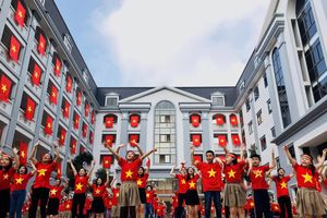 Cổ vũ tuyển Việt Nam, học sinh mặc áo cờ Việt Nam, nhảy flashmob