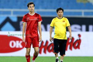 Văn Toàn ra sân, tiếc nuối nhìn đồng đội luyện tập, thầy Park nhắc nhở học trò chớ nên ngạo mạn