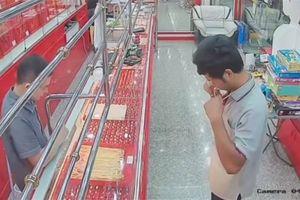 Tên trộm đeo thử vòng vàng rồi bỏ chạy, chủ cửa hàng điềm nhiên đứng nhìn vì lý do này