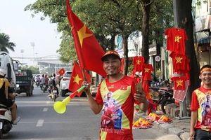 Cờ tổ quốc, áo cổ vũ bóng đá đắt hàng trước trận Việt Nam-Philipines