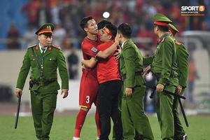 Đội trưởng Quế Ngọc Hải hành động đẹp với fan quá khích khiến cả sân vỗ tay tán thưởng